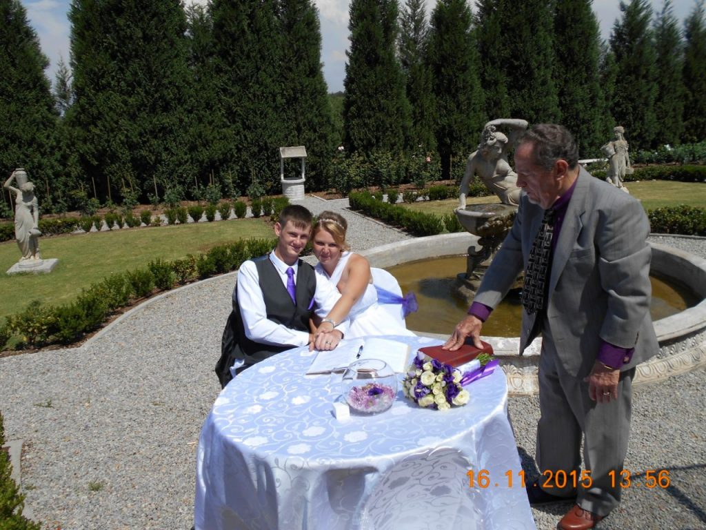 Valverde, couple signing the registry